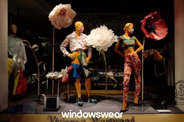 Vivienne Westwood caprichou nos adereços para a sua vitrine. Vale tudo que combine com a proposta da marca e loja!