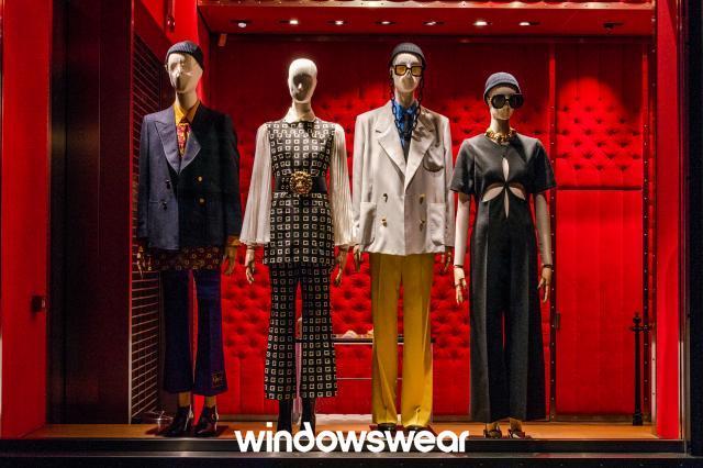 Gucci: Caprichou bastante no contraste dos produtos com o fundo da vitrine, criando um ambiente envolvente.