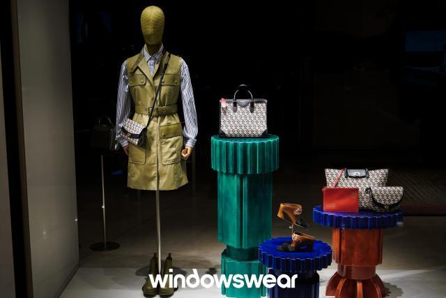 Salvatore Ferragamo: Explorando as possibilidades de cores, fazendo com que os produtos se sobressaiam e contratem com o cenário da vitrine.