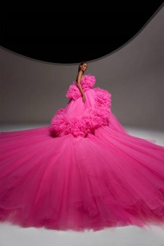 Giambattista Valli apresentou vestidos monocromáticos